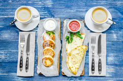 Tomam o café da manhã para dois - as panquecas, os pães do pão árabe, os molhos, o café e a cutelaria fotografia de stock royalty free