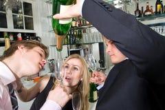 Tomando a última gota do champanhe Imagem de Stock