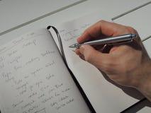 Tomando algumas notas em meu jornal pessoal da ideia Imagens de Stock