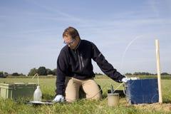 Tomando amostras do solo, pesquisa. Foto de Stock Royalty Free