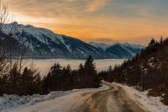 Tomando a estrada da montanha fotos de stock