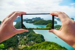 Tomando a foto de ilhas tropicais em Angthong Marine Park nacional em Tailândia fotos de stock