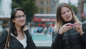Tomando fotos em Trafalgar Square em Londres video estoque