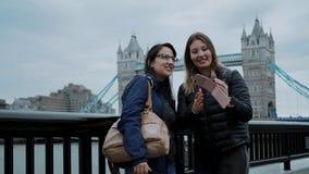 Tomando fotos ou os selfies na torre constroem uma ponte sobre Londres filme