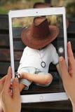 Tomando a imagem da criança usando a tabuleta de Ipad Fotos de Stock
