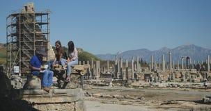 Tomando imagens na cidade antiga Perge, museu histórico antigo do ar livre video estoque