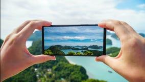 Tomando la foto de las islas tropicales en Angthong Marine Park nacional en Tailandia almacen de video