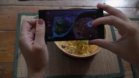 Tomando la imagen móvil de Lanna Style Dish - Khao tradicionales Soi Soup con los tallarines curruscantes Foto de la comida de au metrajes