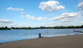 Tomando a la persona que practica surf del viento hacia fuera en el lago Imagenes de archivo