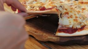 Tomando la rebanada de pizza hecha en casa con estirar el queso almacen de video