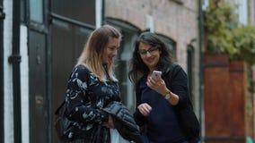 Tomando los selfies en Londres - dos muchachas en ciudad que hacen turismo almacen de video