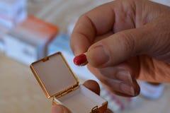 Tomando a medicamentação de um potenciômetro do comprimido, foco seletivo foto de stock royalty free