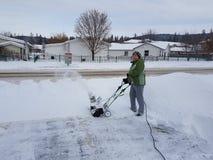 Tomando a neve longe da casa Fotos de Stock Royalty Free