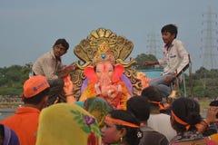 Tomando o ídolo de Ganesha para immersion-2 Fotografia de Stock Royalty Free