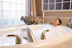 Tomando o banho de bolha Imagem de Stock
