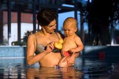 Tomando o banho em luzes da tarde Imagens de Stock
