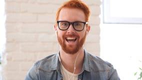 Tomando o bate-papo em linha, video, Skype pelo homem com barba e cabelos vermelhos fotos de stock royalty free