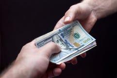 Tomando o dinheiro Foto de Stock Royalty Free