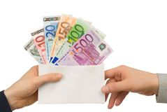 Tomando o dinheiro em um envelope Fotografia de Stock