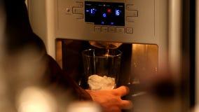 Tomando o gelo da máquina - vídeo conservado em estoque video estoque