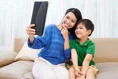 Tomando o selfie da família Imagens de Stock Royalty Free