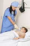 Tomando a temperatura de uma criança Imagem de Stock Royalty Free