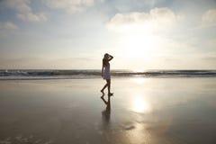 Tomando uma caminhada na praia dourada Foto de Stock