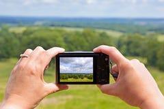 Tomando uma foto com uma câmera compacta foto de stock