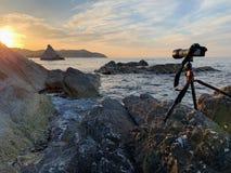 Tomando uma imagem no mar no por do sol foto de stock royalty free