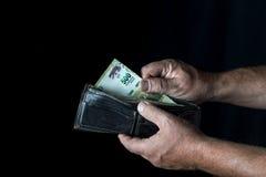 Tomando umas cinco cem contas do peso de Argentina Fotos de Stock Royalty Free
