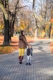Tomando un paseo en parque del otoño junto Imagen de archivo