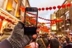 Tomando y fijando la foto del Año Nuevo chino con smartphone Foto de archivo