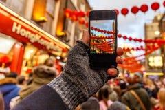 Tomando y fijando la foto del Año Nuevo chino con smartphone Fotos de archivo