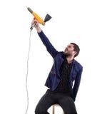 Tomar al hombre del objetivo con el arma del polvo Fotos de archivo libres de regalías