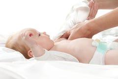 Tomar cuidado de un bebé Fotografía de archivo libre de regalías