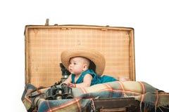 Tomar cuidado de un bebé Pequeña muchacha en maleta El viajar y aventura Retrato del pequeño niño feliz Pequeño dulce foto de archivo libre de regalías