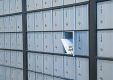Tomar el correo Fotografía de archivo libre de regalías