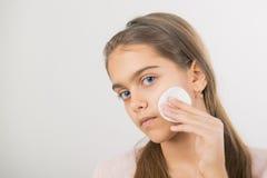 Tomar el cuidado de la piel para las muchachas Foto de archivo libre de regalías