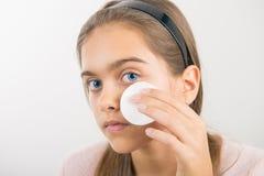 Tomar el cuidado de la piel para las muchachas Imagenes de archivo