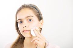 Tomar el cuidado de la piel para las muchachas Imagen de archivo libre de regalías