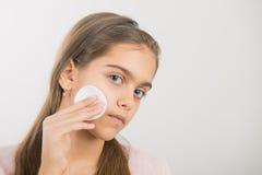 Tomar el cuidado de la piel para las muchachas Fotografía de archivo libre de regalías