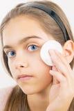 Tomar el cuidado de la piel para las muchachas Foto de archivo