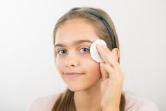 Tomar el cuidado de la piel para las muchachas Imágenes de archivo libres de regalías