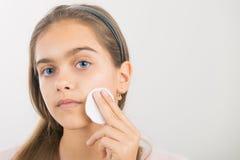 Tomar el cuidado de la piel para las muchachas Fotos de archivo