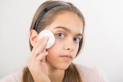Tomar el cuidado de la piel para las muchachas Imagen de archivo