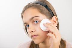 Tomar el cuidado de la piel para las muchachas Fotografía de archivo