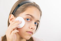 Tomar el cuidado de la piel para las muchachas Fotos de archivo libres de regalías