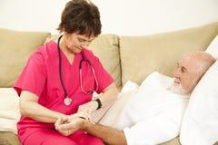 Tomar el pulso del paciente Fotografía de archivo libre de regalías