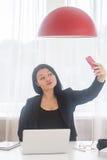 Tomar el selfie en la oficina Imagen de archivo