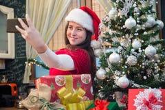 Tomar el selfie por el árbol de navidad Imágenes de archivo libres de regalías